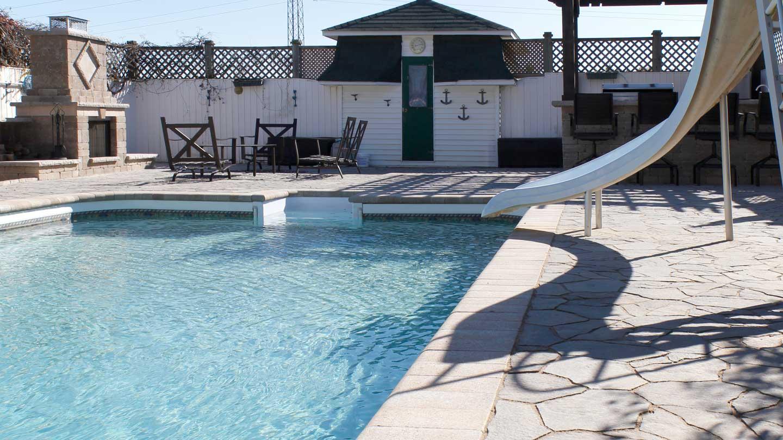 pure rock landscaping fran ais espace piscine paradisiaque dot d un foyer ext rieur d un. Black Bedroom Furniture Sets. Home Design Ideas